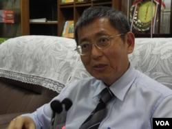 花莲农业改良场厂长黄鹏在办公室接受美国之音采访 (美国之音木风拍摄)