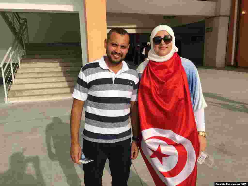 Des fans tunisiens au stade de l'Amitié, à Libreville, Gabon, 28 janvier 2017. (VOA/Timothée Donangmaye)