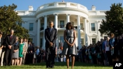 El presidente Barack Obama, y la primera dama Michelle Obama, observaron un momento de silencio en los jardines de la Casa Blanca, el viernes 11 de septiembre de 2015, al recordar el décimo cuarto aniversario de los ataques terroristas de 2001.