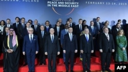 عکسی از نشست «گروه کاری امنیت دریایی و هوانوردی» در ادامه اجلاس صلح و امنیت خاورمیانه که بهمن سال گذشته با حضور مایک پنس، مایک پمپئو، بنیامین نتانیاهو، و مقامات ارشد دیگر کشورها، از جمله بحرین، در شهر ورشو لهستان برگزار شد.