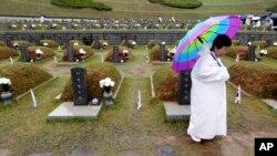 Một thân nhân của các nạn nhân cuộc nổi dậy Gwangju tại Nghĩa trang Quốc gia ở Gwangju, Hàn Quốc.