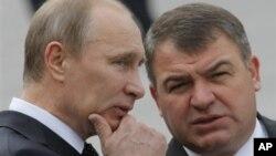 Tổng thống Nga Putin (trái) và Bộ trưởng Quốc phòng Serdyukov vừa bị bãi nhiệm