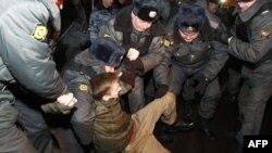 Policija u Moskvi hapsi jednog od učesnika nacionalističkih demonstracija protiv rezultata na jučerašnjim parlamentarnim izborima