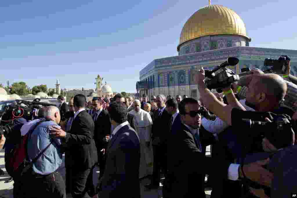 Papa Francisco rodeado por jornalistas junto à Cúpula da Rocha da Mesquita de Omar, Maio 26, 2014.