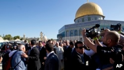 """Paus Fransiskus dikelilingi oleo wartawan saat berkunjung di masjid Kubah Batu """"Dome of the Rock"""" (26/5)."""