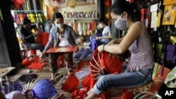 Women make lanterns in a lantern shop in Hoi An, Vietnam. (file)