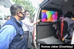 "Gubernur Jabar Ridwan Kamil meninjau lab PCR keliling ""Mobile Combat"" COVID-19 dari PT Inti Dharma Global Indo di Gedung Pakuan, Kota Bandung, Selasa (23/6/20). (Foto: Courtesy/Humas Jabar)"