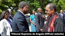Presidente de Angola, João Lourenço, cumprimenta o então Presidente do Tribunal Supremo de Angola, Rui Ferreira