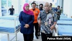 Gubernur Jawa Timur Khofifah Indar Parawansa saat meninjau kesiapan RSJ Menur menampung pasien virus corona, Selasa, 24 Maret 2020. (Foto: Petrus Riski/VOA)