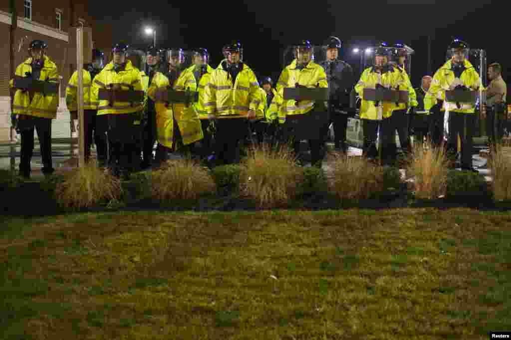 An ninh được tăng cường trước trụ sở cảnh sát ở Ferguson, Missouri, ngày 23/11/2014.