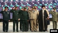 رهبر جمهوری اسلامی ایران در کنار تعدادی از فرماندهان نظامی از جمله مقام های سپاه پاسداران انقلاب اسلامی