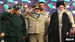 نویسنده می گوید خامنه ای ضمن پذیرش انتقادات روحانی درباره نقش سپاه در فساد اقتصادی، چون نجات سپاه را لازم دید، با اصلاح اقتصادی آن موافقت کرد.