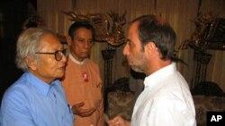 Senior members of Aung San Suu Kyi's National League for Democracy (NLD), vice chairman Tin Oo (C) and Win Tin (L) meet with UN special rapporteur Tomas Ojea Quintana (R) in Rangoon, Burma, 18 Feb 2010