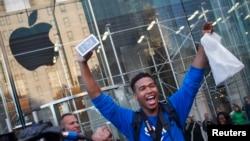 Un cliente celebra la compra de un iPhone 5S en Nueva York.