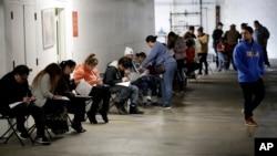 Los Angexheles: Njerëzit presin në radhë për kompensim papunësie