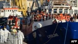 Ubwato Lifeline burimwo abimukira 234 bushika ku kivuko c'i Valletta, mw'izinga rya Malta, itariki 27/06/2018.