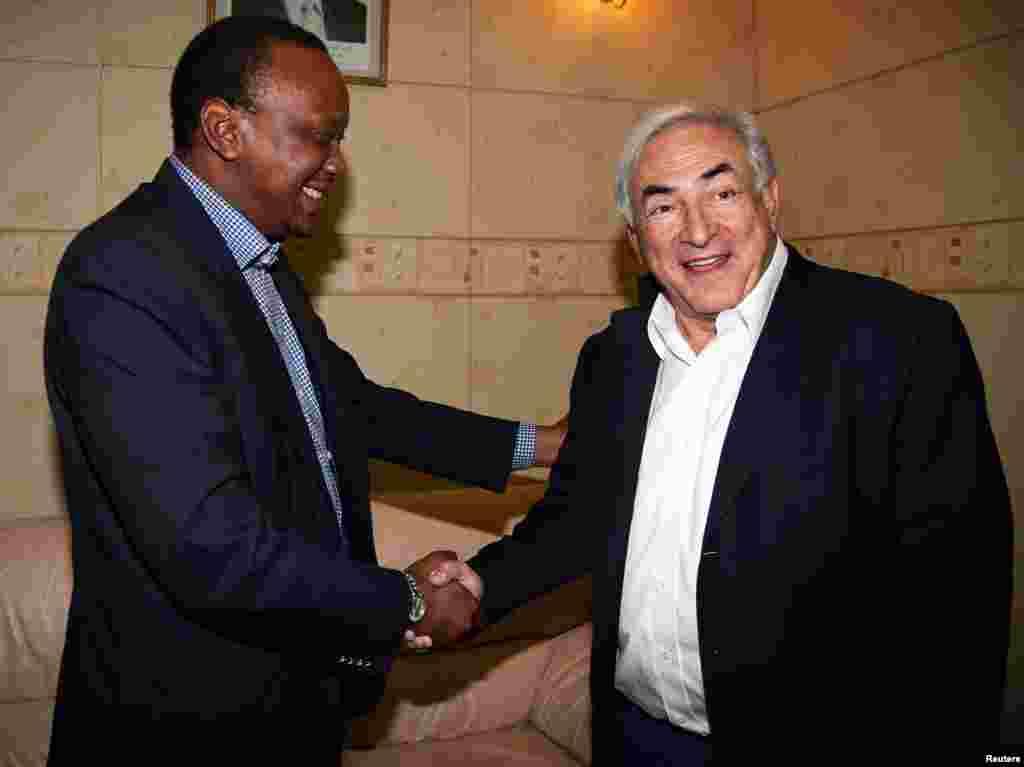 waziri wa fedha wa Kenya Uhuru Kenyatta akimpokea Mkurugenzi mtendaji wa IMF Dominique Strauss-Kahn (kulia) Machi 6 2010
