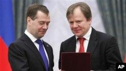 Президент России Дмитрий Медведев вручает медаль Игорю Бутману. Архивное фото 2011г.