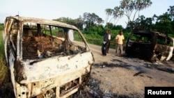 Zapaljeni automobili posle napada na kenijski grad Mpeketoni