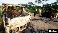 Bangkai-bangkai mobil yang dibakar di jalan dari Mpeketoni menuju Lamu, Kenya, menyusul serangan militan al-Shabab (16/6). (Reuters/Joseph Okanga)