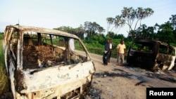 بقایای خودروهایی که در حمله دوشنبه شب الشباب به آتش کشیده شد - امپه کتونی، ۲۶ خرداد ۱۳۹۳