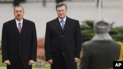 Ukrainian President Viktor Yanukovych and Azerbaijani President Ilkham Aliyev, left, during a welcoming ceremony in Kiev, Ukraine, 28 Oct 2010.