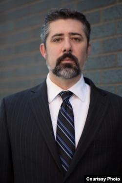 代表同性伴侣的律师保罗·汤普森(Paul Thompson)