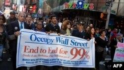 Người biểu tình đi bộ qua Quảng trường Times tại New York, ngày 7/11/2011