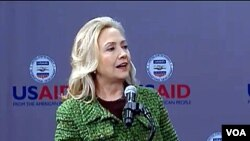 Menlu AS Hillary Clinton bernicara pada pertemuan di Badan Pembangunan Internasional AS (USAID), Rabu (15/2).