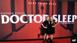 """Kk Heim (kiri) dan Sadie Heim menghadiri penayangan perdana film """"Doctor Sleep"""" di Regency Theatre Westwood, Los Angeles, 29 Oktober 2019. (Foto: Invision via AP)"""