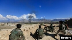 Çend endamên hêzên ewlekarîya Afganistanê di dema şerên li dij çekdarên Talîban.
