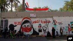 تصویری با نام «انقلاب اکتبر» در یکی از خیابانهای بغداد