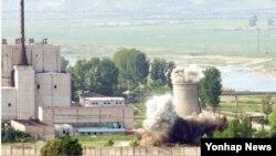 지난 2008년 6월 북한이 비핵화 의지를 과시하기 위해 영변 핵시설 냉각탑 폭파 장면을 공개했다. (자료사진)