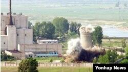 2008년 6월 27일 북한이 비핵화 의지를 과시하기 위해 영변 핵시설의 냉각탑을 폭파하는 장면.