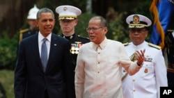 El presidente Barack Obama camina junto a su homólogo filipino, Benigno Aquino III, en el Palacio de Malacanang en Manila, Filipinas.