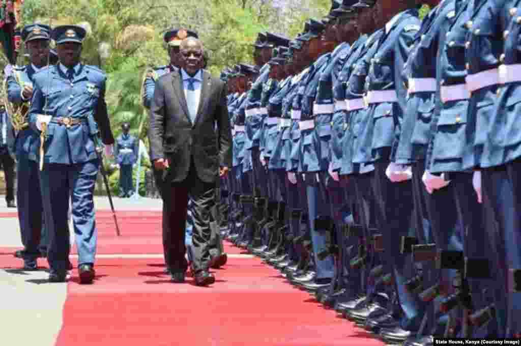 Rais John Magufuli akikagua gwaride alipowasili Nairobi kwa ziara ya kwanza Kenya