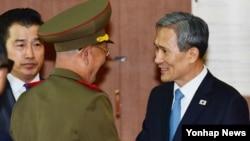 남북이 22일 오후 6시 판문점에서 고위급 접촉을 하기로 전격 합의하면서 김관진 국가안보실장과 북한 황병서 군 총정치국장이 10개월여 만에 다시 대면했다.