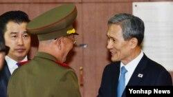 지난 8월 남북한이 판문점에서 고위급 접촉을 하기로 전격 합의하면서 김관진 국가안보실장(오른쪽)과 북한 황병서 군 총정치국장이 10개월여 만에 다시 대면했다. (자료사진)
