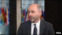 美國伊朗問題特使羅伯特馬利在國務院接受美國之音波斯語組的採訪。(2021年3月17日)