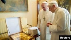 3月23日,教宗方济(左)与荣退教宗本笃16世在罗马以南的冈多福堡交换礼物
