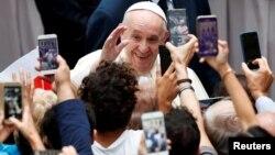 Paus Fransiskus menyapa masyarakat umum di Vatikan dalam audiensi mingguan hari Rabu (23/9).