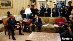 """El presidente habló el 22 de octubre después de una reunión en el Despacho Oval con su equipo de respuesta de ébola, incluyendo el denominado '""""zar"""", Ron Klain."""