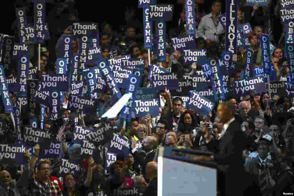 Demokrat partiyasının qurultayında nümayəndələr ABŞ prezidenti Barak Obamanın nitqini dinləyir