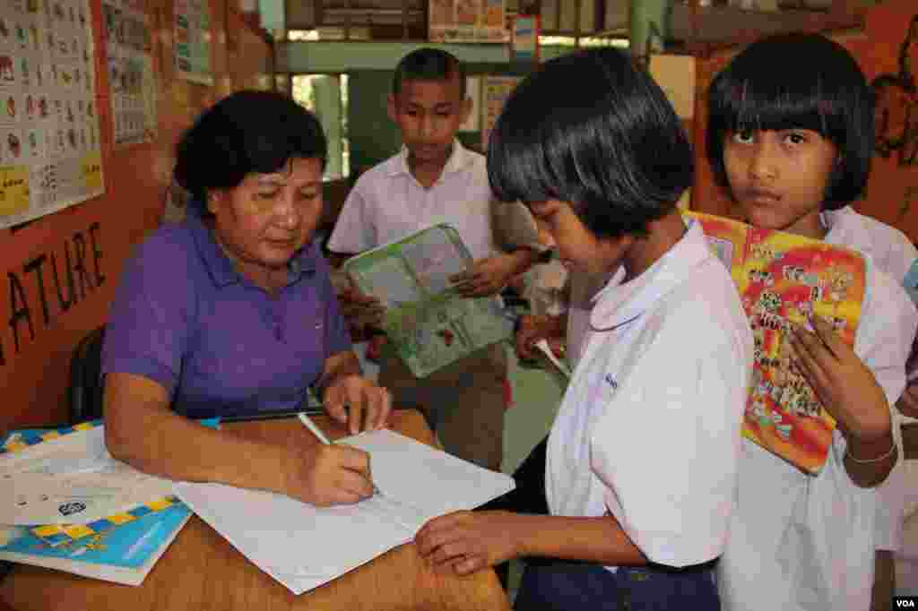 Burmese teacher Than Than Win with children of migrant workers at a school in Samutsakhon Thailand, December 20, 2012. (VOA/D. Schearf)