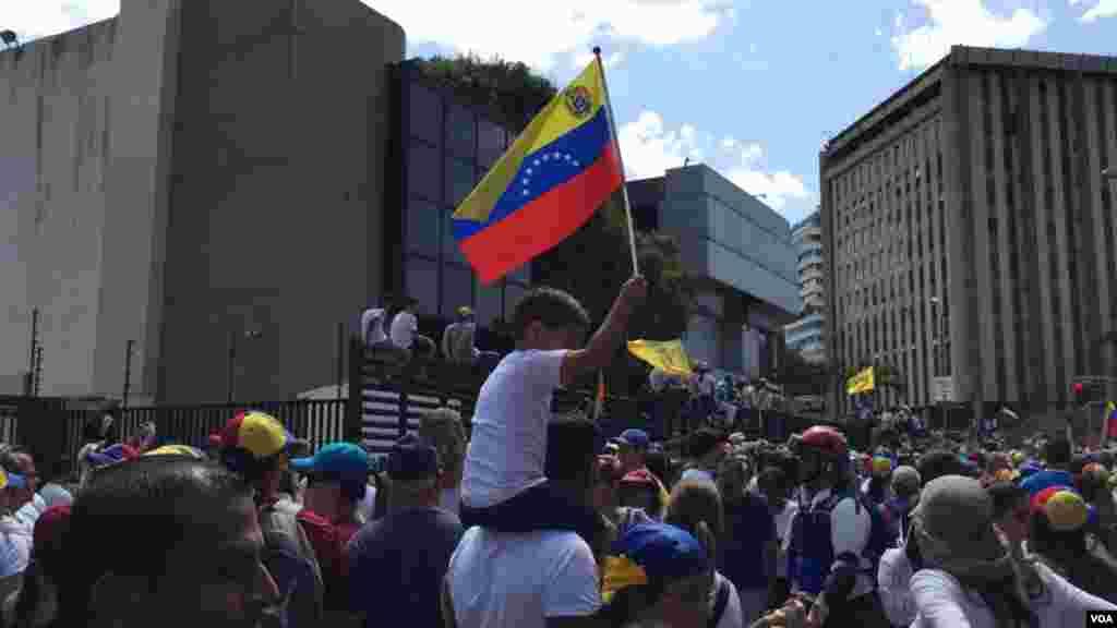 Durante la manifestación el sábado, Juan Guaidó anunció que se recibirá ayuda humanitaria con centros de acopio en Colombia y Brasil.
