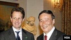 Menkeu AS Timothy Geithner (kiri) dan Wakil Perdana Menteri Tiongkok Wang Qishen dalam pertemuan di Qingdao hari ini.
