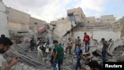 Warga mencari penyintas di bawah puing-puing gedung yang hancur akibat serangan udara di Kadi Askar, Aleppo, Suriah. (Foto: Dok)