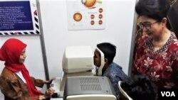 Menteri Kesehatan Nila Moeloek (kanan) meninjau stand yang menyediakan pelayanan periksa dini katarak dan gangguan mata lainnya. (foto Petrus Riski/VOA)