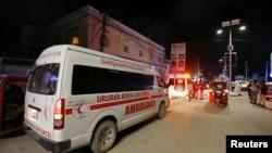 一辆救护车出现在索马里摩加迪沙一家冰淇淋店的爆炸现场。(2020年11月27日)