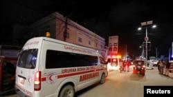 Uma ambulância no local da explosão junto a uma gelataria em Mogadíscio, Somália, Nov. 27, 2020.
